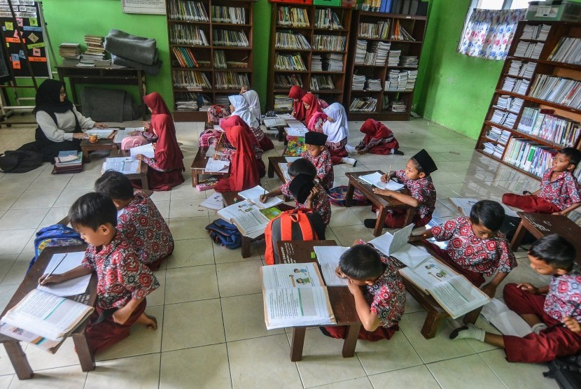 Siswa kelas dua Sekolah Dasar Negeri (SDN) Cikadongdong mengikuti Kegiatan Belajar Mengajar (KBM) di lantai ruang perpustakaan di Singaparna, Kabupaten Tasikmalaya, Jawa Barat, Rabu (17/7/2018).