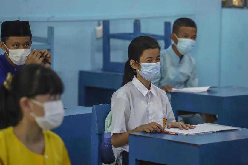 Siswa kelas tujuh mengikuti kegiatan pembelajaran tatap muka (PTM) hari pertama di SMPN 6 Batam, Kepulauan Riau, Selasa (21/9/2021). Sejumlah sekolah di Kota Batam yang telah mendapatkan izin dari Dinas Pendidikan Kota Batam mulai melakukan PTM dengan tetap menerapkan protokol kesehatan ketat.
