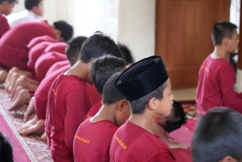 Siswa Lembaga Pendidikan Bina Ilmu sedang melaksanakan Shalat berjamaah (ilustrasi)