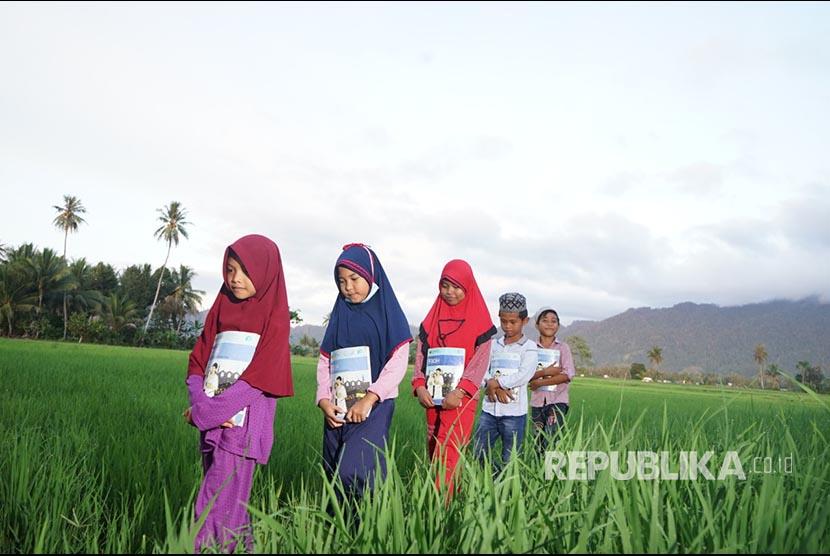 Siswa Madrasah Ibtidayah (MI) Darul Ihsan beraktivitas di sekolahnya di Kampung Bangir, Dampal Selatan, Tolitoli, Sulawesi Tengah.