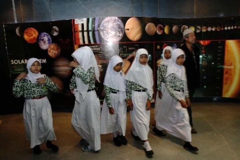 Siswa madrasah saat melakukan proses pembelajaran di luar sekolah. Madrasah merupakan satu sistem pendidikan Islam.