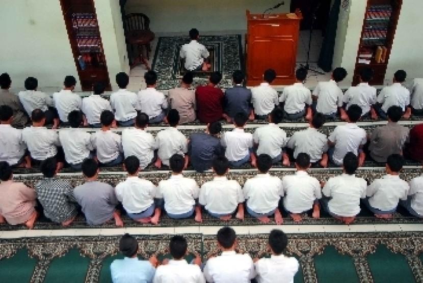 Siswa MAN Insan Cendekia, Serpong, Tangerang Selatan, Banten, tengah melaksanakan Shalat berjamaah.