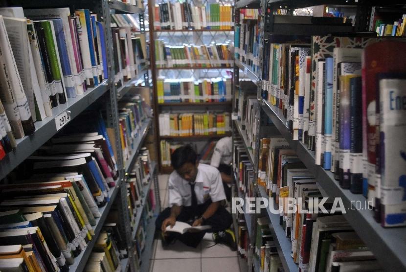 Siswa membaca buku di perpustakaan (ilustrasi).