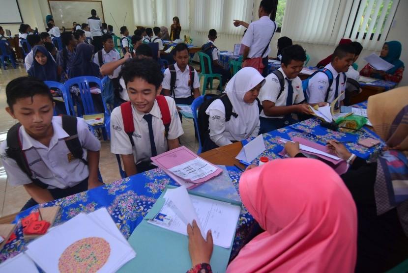 Siswa mengikuti seleksi Penerimaan Peserta Didik Baru (PPDB) di SMKN 2 Ciamis, Jawa Barat, Kamis (5/7).