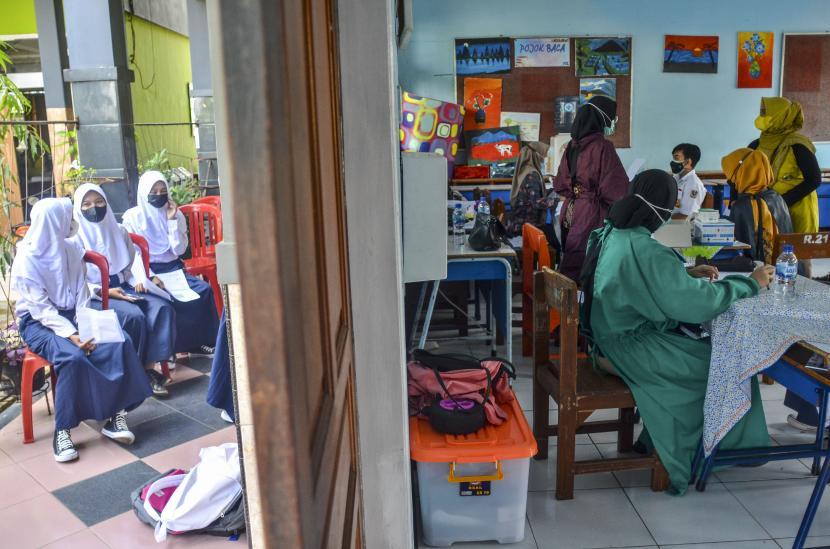 Siswa mengikuti vaksinasi COVID-19 di Ruang Kelas SMP Negeri 2 Ciamis, Kabupaten Ciamis, Jawa Barat, Sabtu (25/9/2021). Sebanyak 3.196 pelajar SMP mengikuti gebyar vaksinasi anak dosis kedua yang digelar di tujuh sekolah di Ciamis, untuk mempercepat terbentuknya herd immunity atau kekebalan komunal saat pelaksanaan Pembelajaran Tatap Muka (PTM) terbatas.