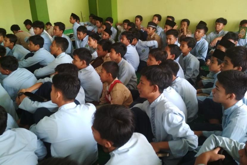 Siswa MTsN 1 Bogor mengikuti Pesantren Kilat di sekolahnya, Kamis (9/5).