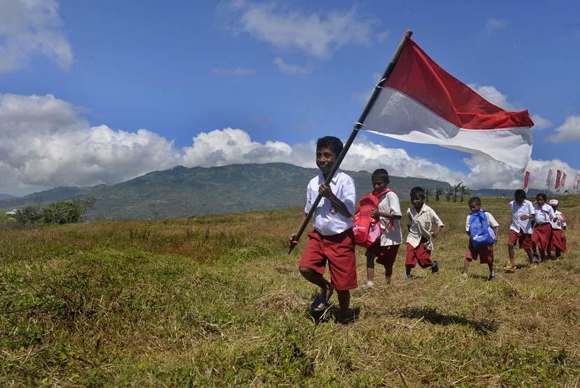 Siswa SD berjalan menuju sekolahnya yang berjarak sekitar 10-15 kilometer di Desa Looluna, Belu, NTT, Kamis (4/7).    (Antara//Yudhi Mahatma)