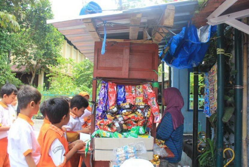 Siswa SD Juara  belajar wawancara langsung ke salah satu penjual angkringan di lingkungan sekitar sekolah.
