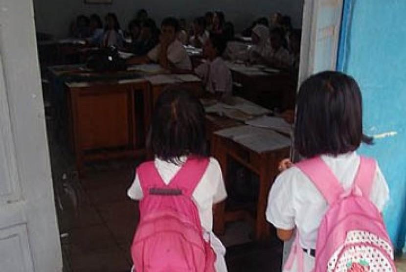 Komisi Perlindungan Anak Indonesia (KPAI) mendorong agar Kementerian Pendidikan dan Kebudayaan (Kemendikbud) untuk melindungi anak dari kekerasan di sekolah.  Foto: Siswa sekolah dasar.