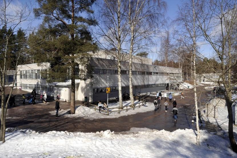 Siswa sekolah dasar di Helsinki, Finlandia, bermain di halaman sekolah saat musim salju. (ilustrasi)