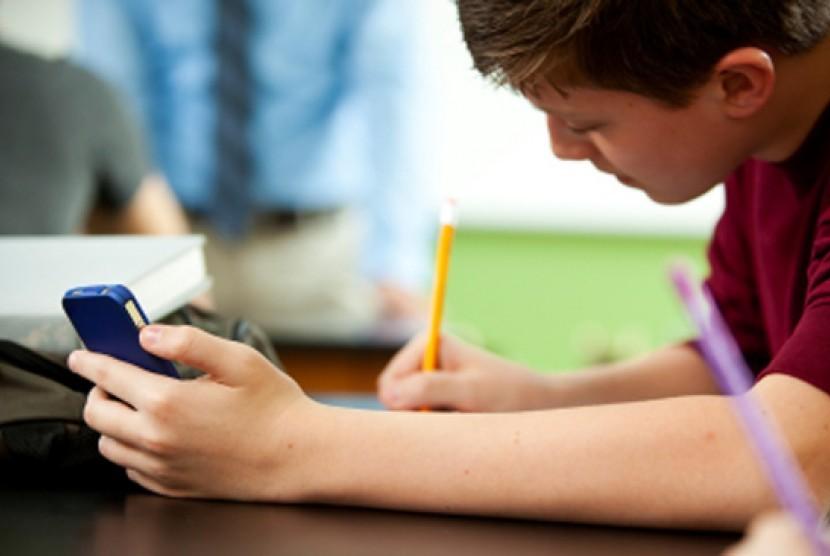 Siswa sekolah menggunakan smartphone. Ilustrasi