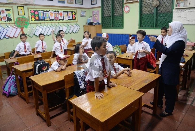 Siswa-siswi Sekolah Dasar mengikuti pelajaran di sekolahnya. (ilustrasi)