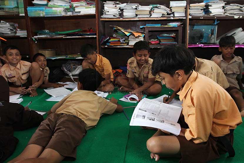Siswa-siswi Sekolah Dasar melaksanakan kegiatan belajar. (ilustrasi).