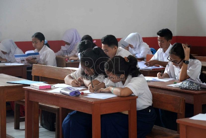 Siswa-siswi SMA 3 Filial Depok mengikuti tes akademik di ruang kelas Sekolah Dasar Karakter Bangsa Plus, Depok, Jabar, Rabu (12/8).