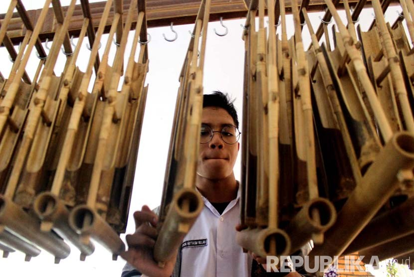 Siswa SMA Negeri 24 Kota Bandung berlatih memainkan angklung pada workshop musik dan alat musik bambu di Pendopo Papuri, Jl Soekarno Hatta, Kota Bandung, Selasa (3/5). (Republika/Dede Lukman Hakim)