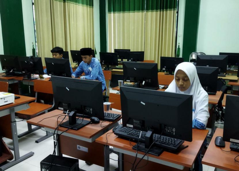 Siswa SMP Darul Ihsan Muhammadiyah Sragen menyabet juara 1, 2 dan 3 bidang Matematika dalam ajangKSN (Kompetisi Sains Nasional) tingkat kabupaten pada pekan lalu.