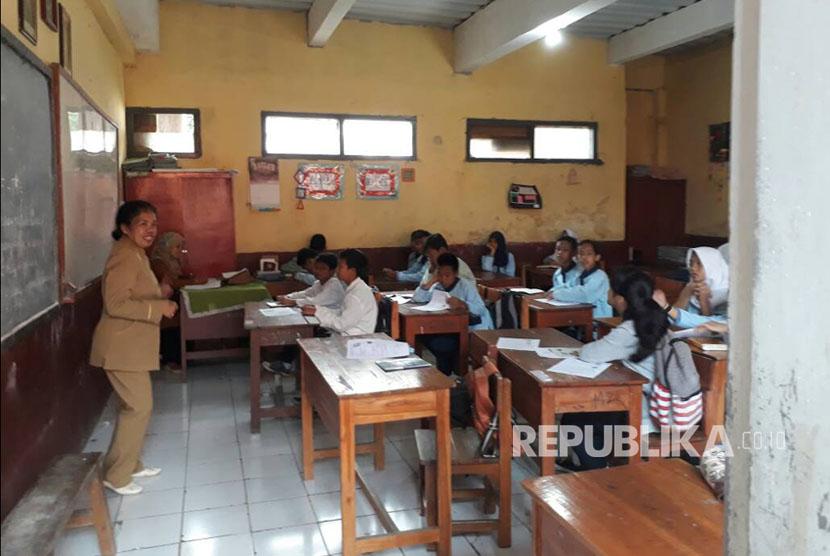 Siswa SMPN 3 Cimenyan, Kabupaten Bandung terpaksa menumpang belajar ke SDN Cibeunying, Kecamatan Cimenyan sejak satu tahun terakhir karena belum memiliki gedung sekolah, Selasa (6/5).