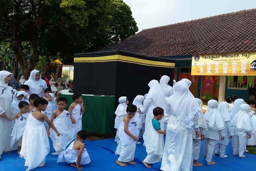 Siswa TK Bina Insani bersemangat melaksanakan peragaan manasik haji di Sekolah TK Bina Insani Bogor, Jawa Barat, Jumat (16/10).