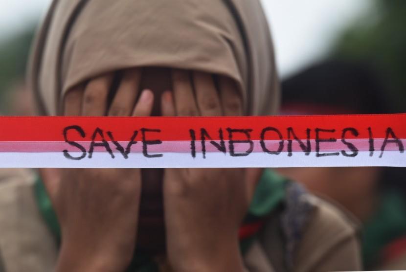 Siswa yang tergabung dalam Ikatan Pelajar Muhammadiyah (IPM) tingkat SMP se-Surabaya menggelar aksi Save Indonesia. (Ilustrasi)