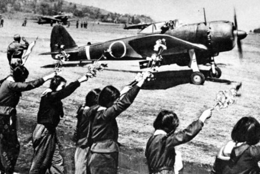 Siswi Menengah Atas Jepang melambaikan tangan kepada pasukan bunuh diri