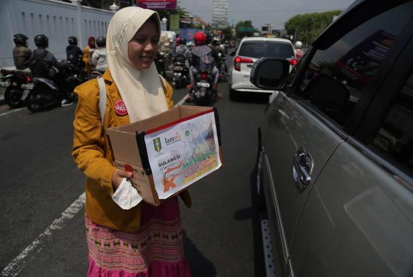 Siswi Muhammadiyah Boarding School (MBS) Prambanan melakukan penggalangan dana di simpang Candi Prambanan, Sleman, DI Yogyakarta, Senin (1/10).