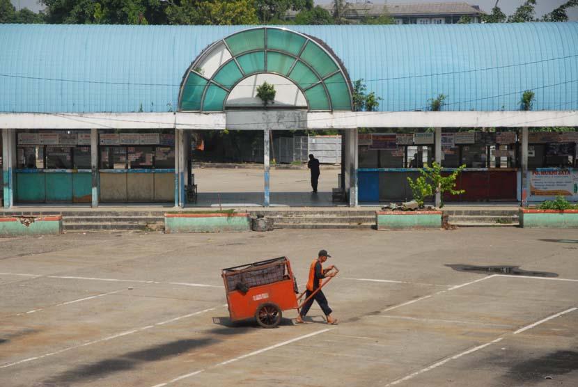 Situasi aktivitas Terminal Lebak Bulus, Jakarta Selatan, Jumat (9/5).