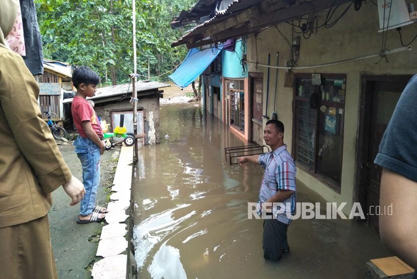 Situasi banjir Kali Ciliwung di RT 08 RW 01 Kelurahan Pengadegan, Kecamatan Pancoran, Jakarta Selatan, Senin (5/2).