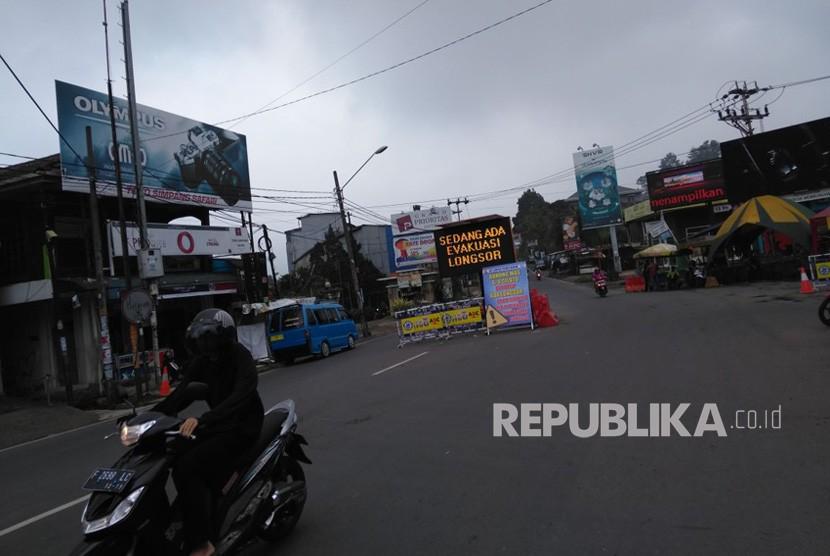 Situasi di simpang Taman Safari Indonesia, Cisarua, Bogor, Selasa (13/2), yang sepi pasca penutupan jalur Puncak akibat longsor pada Senin (5/2).