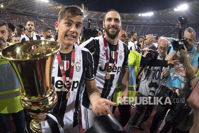 Skuat Juventus asal Argentina Paulo Dybala dan rekan setimnya Gonzalo Higuain merayakan kemenangan pada partai Final Copa Italia di Olimpico Stadium, Kamis (18/5) dini hari.