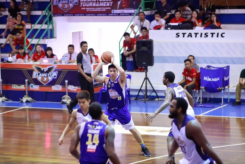 Small forward Satria Muda Pertamina Avan Seputra (pegang bola).