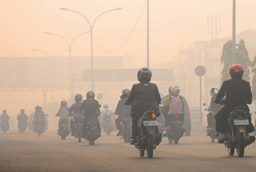 Smoke from forest and peatland fires limits visibility in Riau. (illustration)