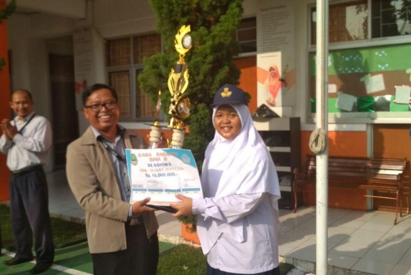 SMP Juara Bandung juarai event lomba baris berbaris.
