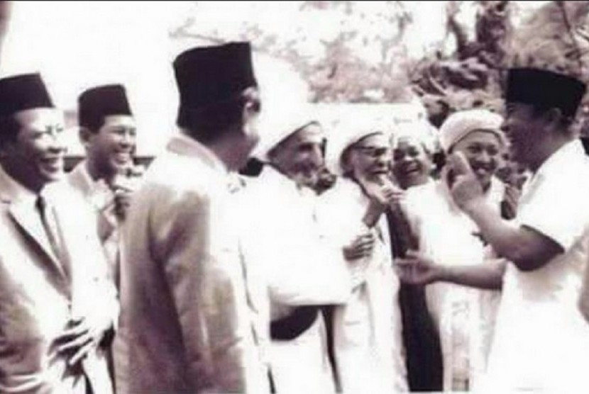 Soekarno bersendau gurau dengan Habib Ali bin Abdurrahman Alhabsy (Habib Kwitang) serta sejumlah habaib.