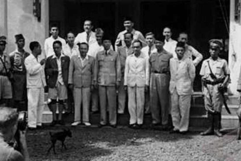Soekarno-Hatta dan anggota Kabinet pertama RI.