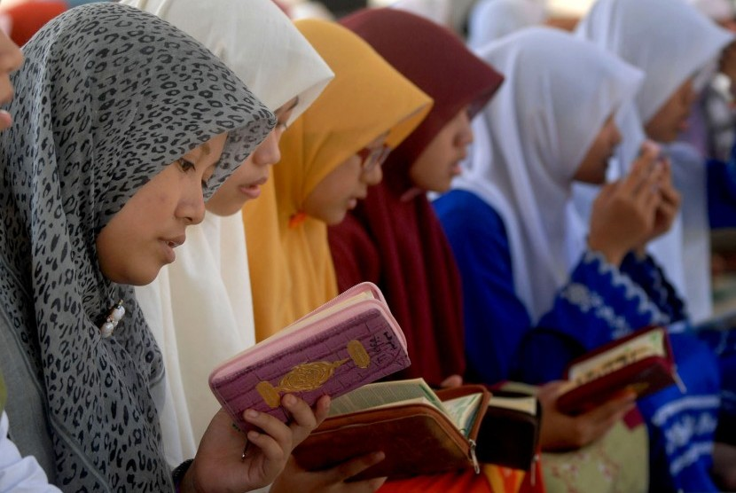 Some female students recite Quran in their Islamic boardinng school. West Java plans to build an ecotourism-based Islamic boarding school, where people can learn Islam in fun ways. (illustration)