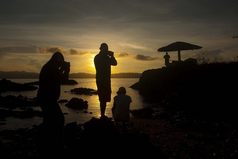 Some tourists capture the sunrise in Desa Tulehu, Ambon. The island offers a number of potentials for tourism and other economic cooperations. (illustration)
