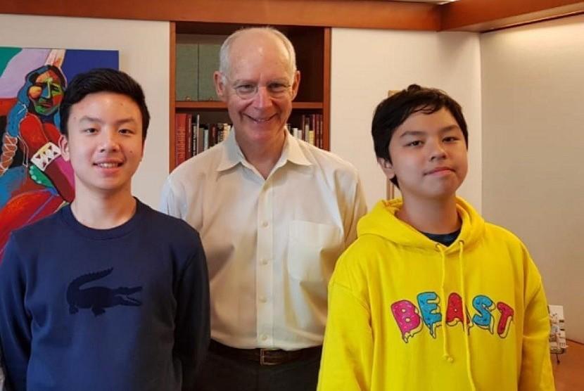 Sonia Wibisono bersama kedua putranya, Ramses Wardhana Hardjanto dan Rainier Wardhana Hardjanto bertemu dengan beberapa profesor di Harvard Business School (HBS).