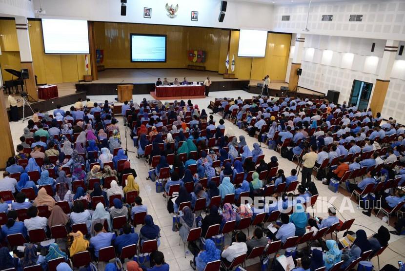 Sosialisasi SNMPTN dan SBMPTN 2018 di Auditorium Universitas Negeri Yogyakarta, Selasa (16/1).  Sosialisasi diberikan panita lokal dari lima perguruan tinggi negeri DIY kepada 425 kepala sekolah seluruh DIY.