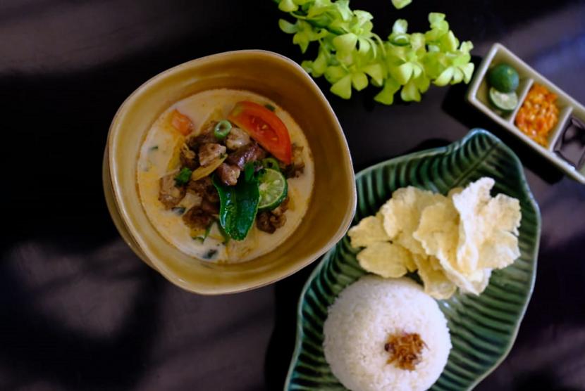 Soto Betawi salah satu makanan khas Betawi yang disuguhkan Aston Priority Simatupang Hotel & Conference Center.