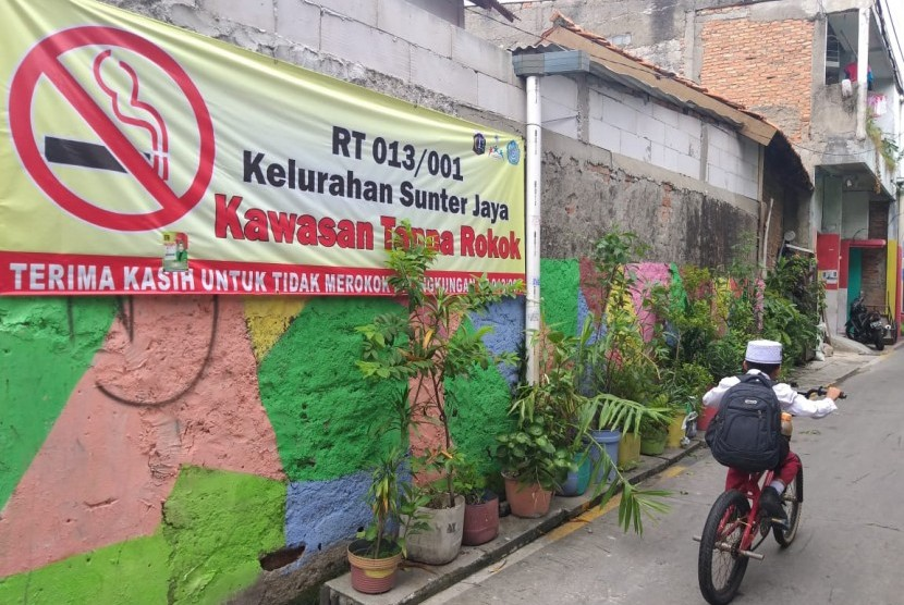 Spanduk kawasan tanpa rokok terpampang di gang menuju RT 13 RW 01 Kelurahan Sunter Jaya, Tanjung Priok, Jakarta Utara, Jumat (15/2).