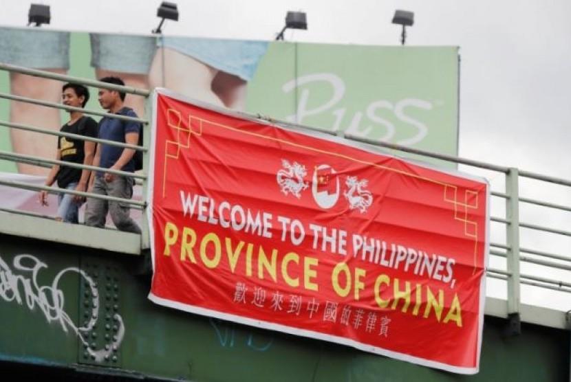 Spanduk yang bertuliskan 'Filipina Provinsi Cina' terbentang di lima titik jembatan di Manila. Spanduk ini langsung memicu kemarahan warga Filipina, Kamis (12/7).