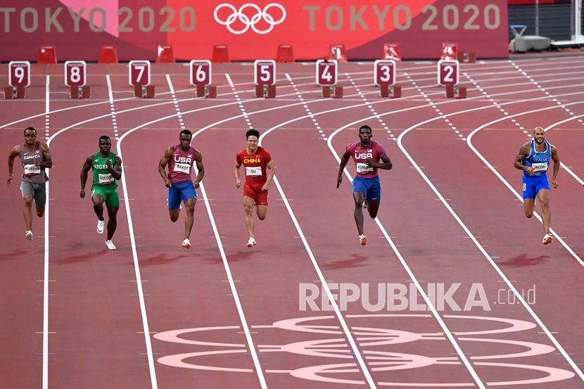 Sprinter Italia Lamont Marcel Jacobs (kanan) memacu langkahnya dalam final 100 meter putra Olimpiade Tokyo 2020 di Stadion Olimpiade Tokyo, Jepang, Ahad (1/8/2021). Lamont Marcel Jacobs meraih medali emas setelah menjadi yang tercepat dengan catatan waktu 9,80 detik.