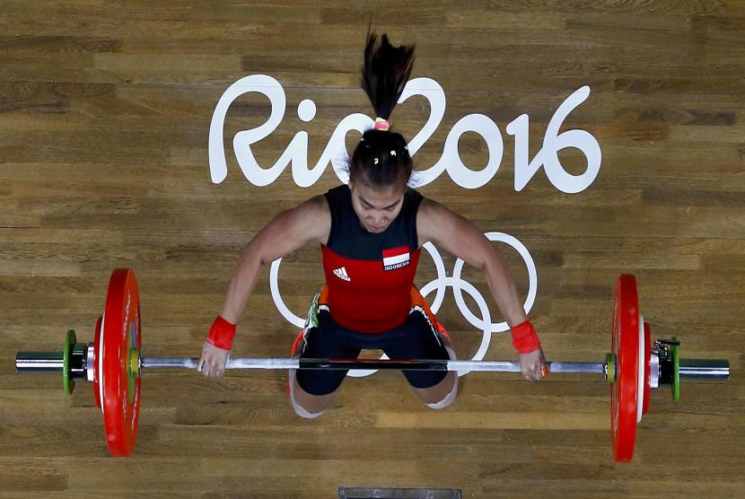 Sri Wahyuni beraksi saat memperebutkan medali cabang angkat besi kelas 48 kilogram di Riocentro, Rio de Janiero, Brasil, Ahad (7/8).