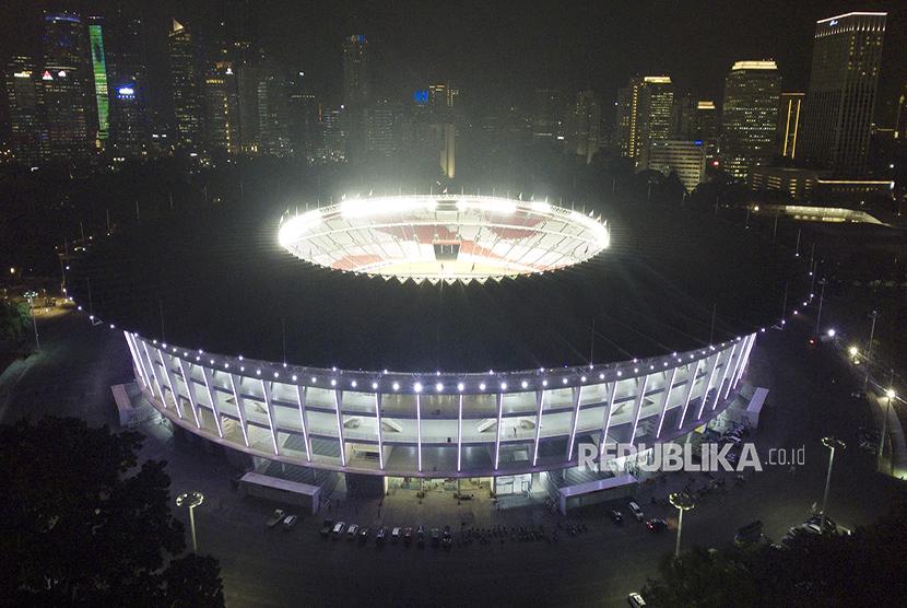 Stadion Utama Gelora Bung Karno (SUGBK) diterangi cahaya lampu warna warni.