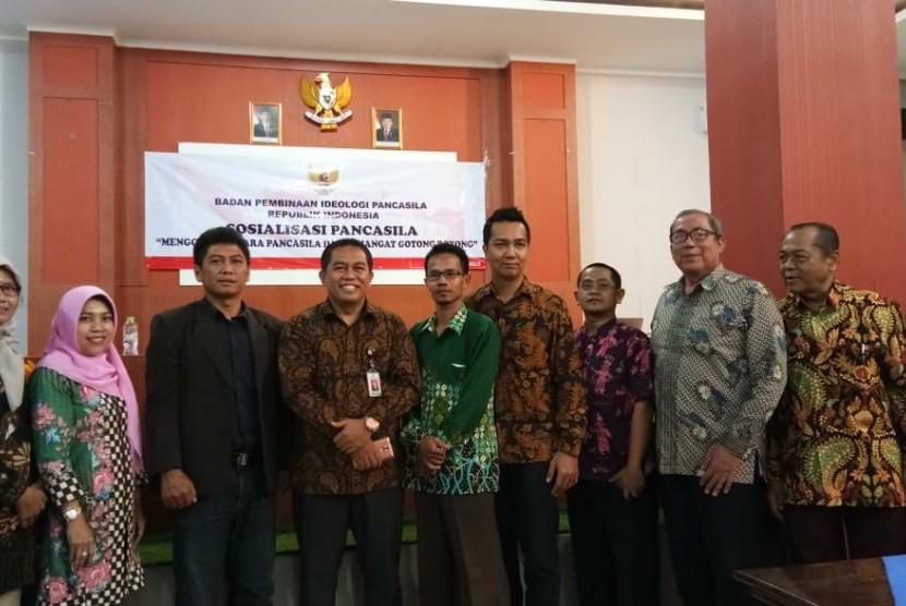 Staf ahli BPIP Fendi Setyawan (keempat dari kiri saat menjadi pembicara di Universitas Muhammadiyah Cirebon