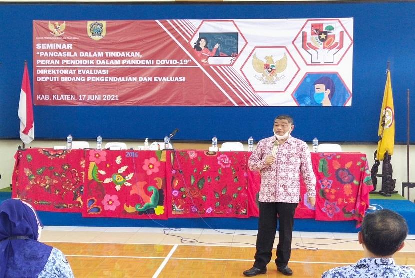 Staf Khusus Ketua Dewan Pengarah Antonius Benny Susetyo, menyatakan pendidik harus menjadi teladan pengamalan Pancasila untuk anak peserta didik, dalam acara Seminar Pancasila Dalam Tindakan, peran Pendidik dalam Pandemi Covid-19 yang dilaksanakan di Aula SMPN 2 Klaten Jawa Tengah, Kamis (17/6).