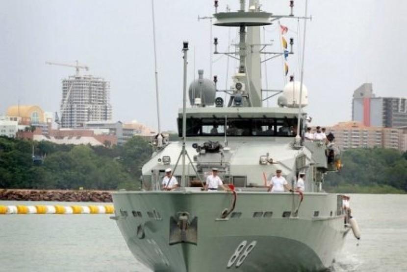 Staf medis dari kapal perang HMAS Maitland membantu para nelayan Indonesia yang mengapung di atas rakit.