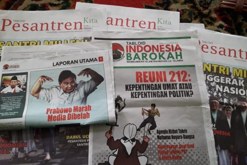 Staf Panwascam Kecamatan Jatiluhur, Kabupaten Purwakarta, memerlihatkan tabloid kontroversial Indonesia Barokah, Ahad (27/1). Saat ini, Bawaslu setempat telah mengambil sampel tablid tersebut.