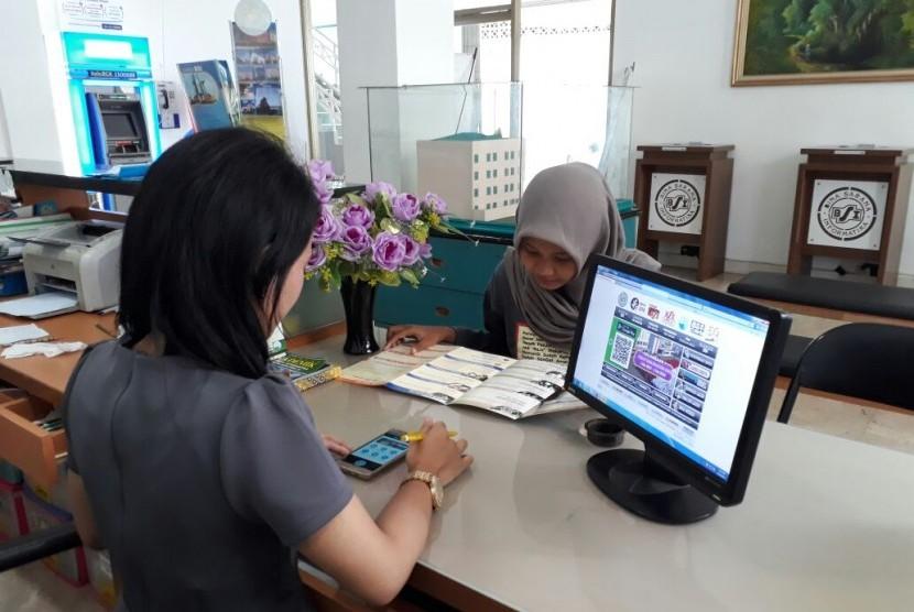 Staf penerima mahasiswa baru AMIK  BSI Fatmawati sedang membantu calon mahasiswa yang akan mendaftar kuliah di BSI.