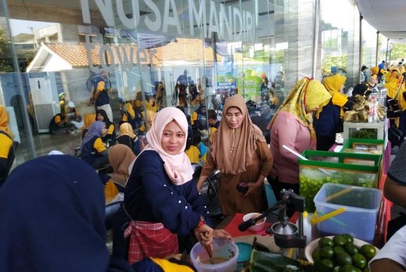 Stand kuliner pada acara funwalk di Nusa Mandiri Tower.